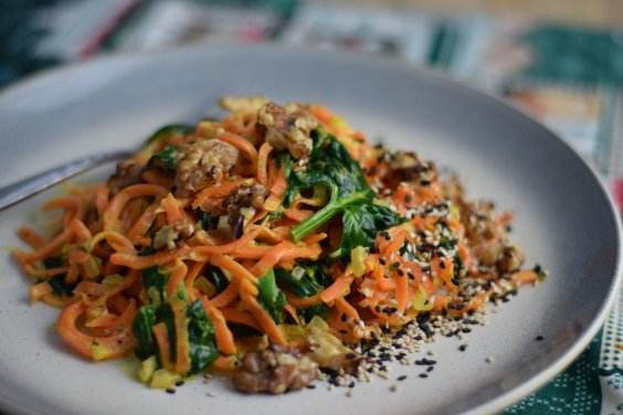 Karottennudel in Sesamsauce mit karamellisierten Walnüsse